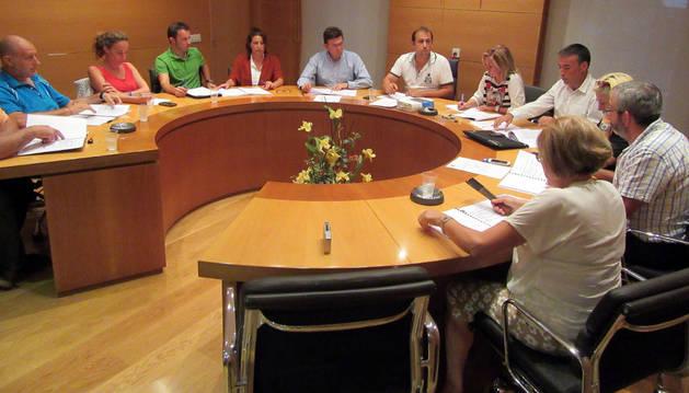 Los concejales del Ayuntamiento de Cascante, durante el pleno en el que se aprobó alternar el cohete.