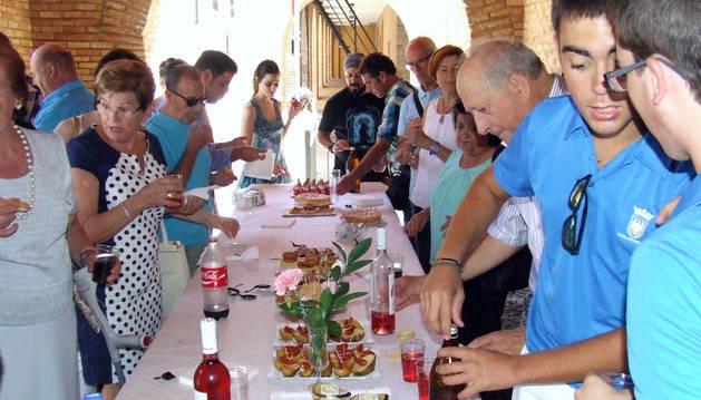 Instante del aperitivo celebrado en los bajos del ayuntamiento.