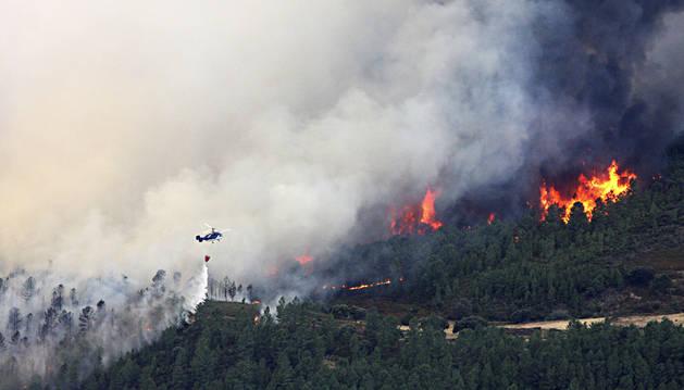 Evacuados 1.400 vecinos por el incendio de la Sierra de Gata