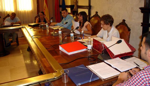 La alcaldesa, Raquel Garbayo, sentada en el centro, durante el pleno del miércoles.