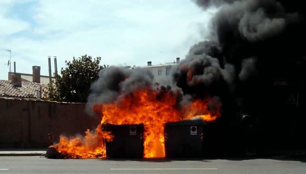 Imagen de los contenedores ardiendo en la calle Lacarra Munilla.