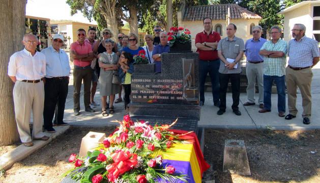 Imagen de los asistentes al homenaje, junto a la tumba de los cinco fusilados.