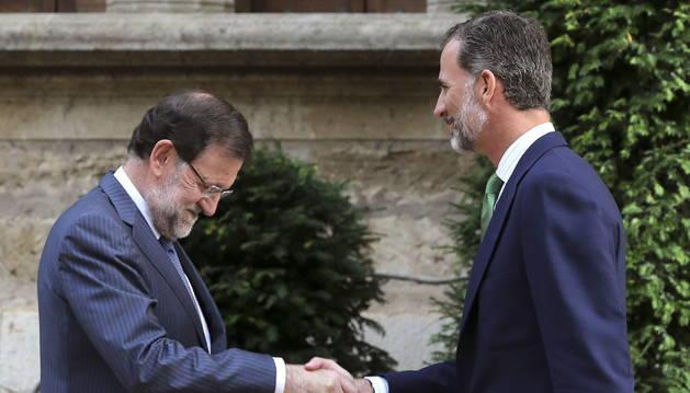 Rajoy, en su reunión con Felipe VI en el Palacio de Marivent.