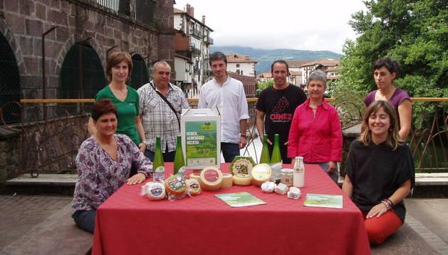 Representantes municipales y de Cederna, con algunos productores del valle.