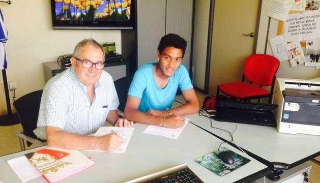 Antonio Otegui, en la firma del contrato.