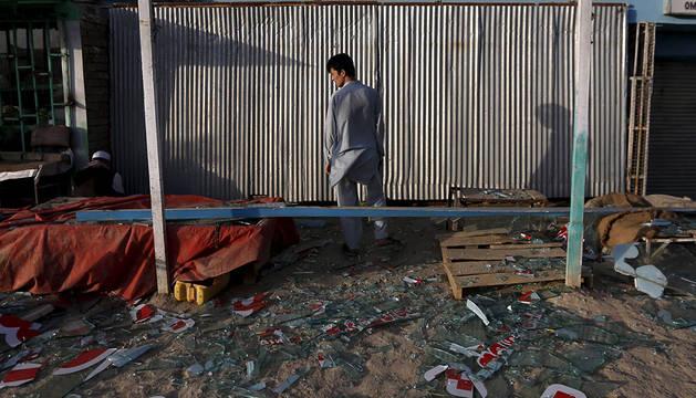 Un afgano, en uno de los lugares atacados en Kabul.