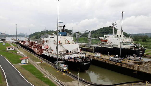 Dos barcos en el Canal de Panamá.