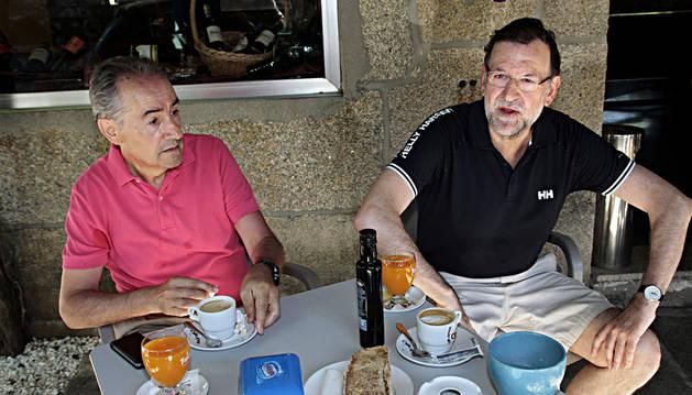 Mariano Rajoy (d), en compañía del marido de la ministra Ana Pastor, José Benito Suárez (i)