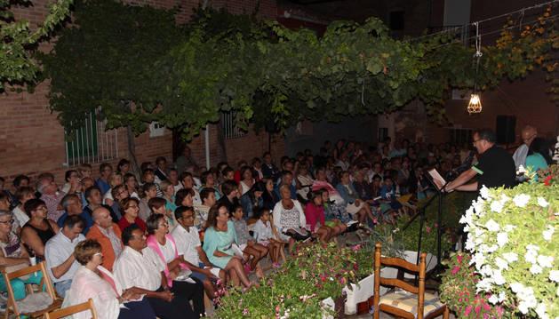 Los vecinos de Ablitas asistentes al acto escuchan una de las poesías en la placeta del Olmo.