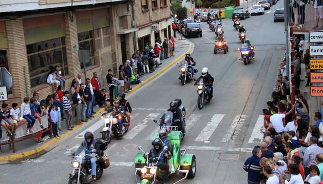 El público contempla el paso de los moteros durante el desfile que tuvo lugar ayer por Ribaforada.