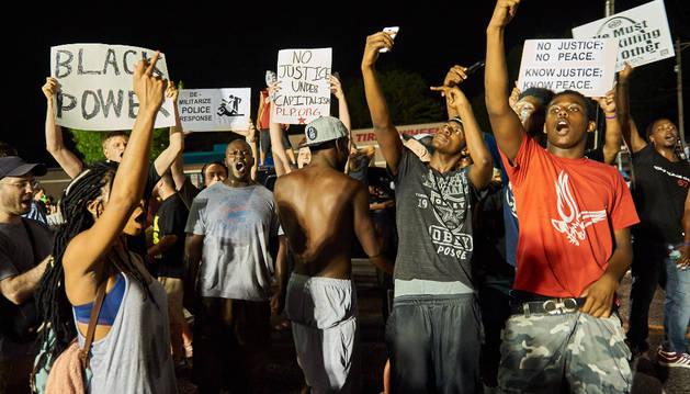 La protesta tuvo lugar ante la comisaría policial de Ferguson.