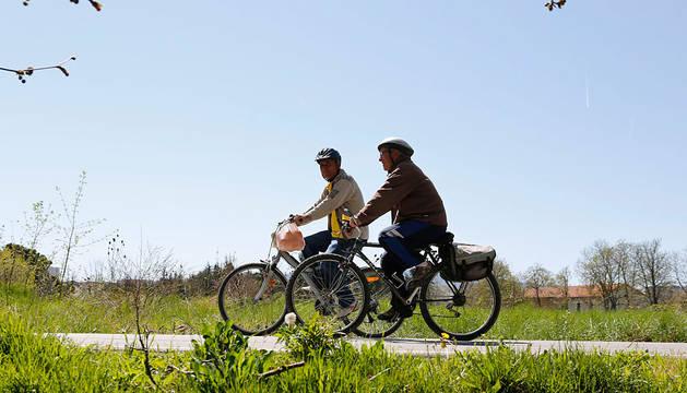 Dos ciclistas, en el Paseo del Arga en San Jorge.