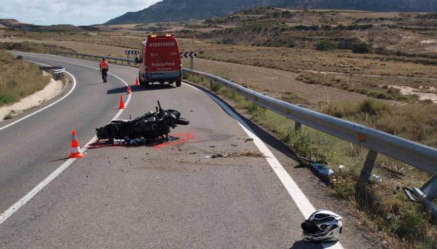 Tras salirse de la calzada, la motocicleta ha chocado contra la valla protectora.