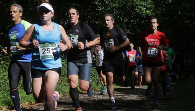 Varios corredores, en el pasado cross de Eugui.