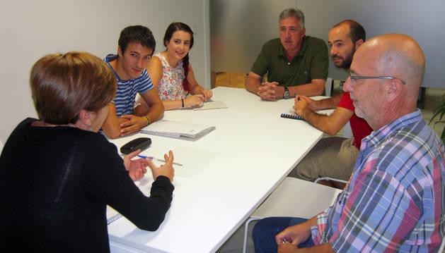 El alcalde de Pamplona recibe al presidente del Consejo de la Juventud de Navarra.