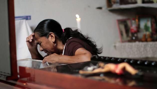 Una mujer llora durante el velatorio de Jiménez Blanco.