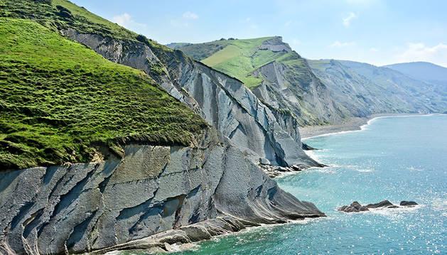 Los acantilados que recorren la costa.
