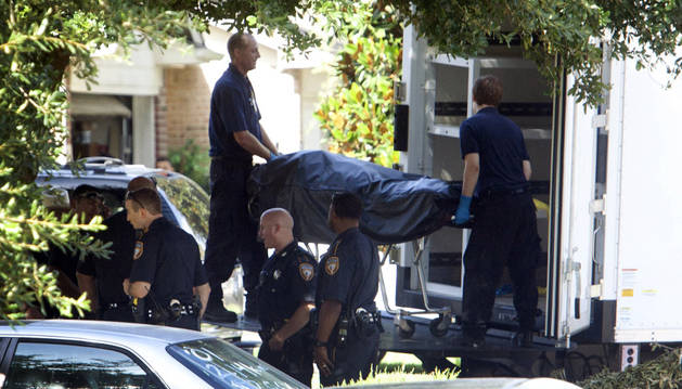 La policía a las afueras de la escena del crimen.