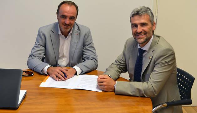 Javier Esparza (izda.) y Alfonso Carlosena, durante la reunión.