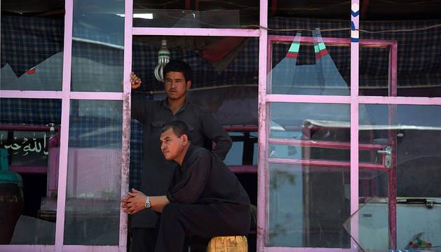 Un restaurante cercano al aeropuerto de Kabul con las ventanas rotas tras la explosión.