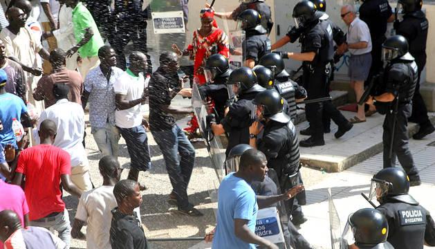 Un hombre, de origen senegalés y unos 50 años de edad, ha fallecido al saltar por el balcón de su casa de Salou cuando huía de los Mossos d'Esquadra, que le iban a detener en una operación contra el