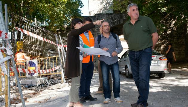 El alcalde de Pamplona visitando las obras de mejora del portal de Francia.