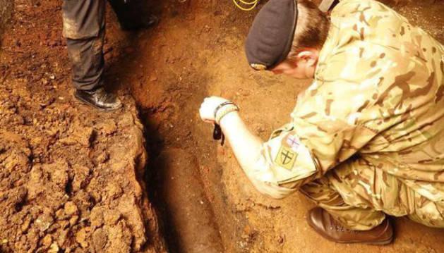 Artificieros del Ejército británico trabajando en la zona.