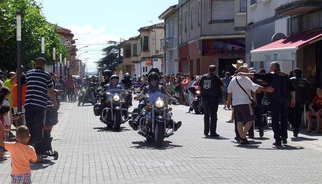 Los moteros asistentes a la 'Pellejo', durante su recorrido por Castejón.