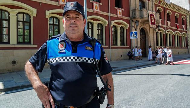 Miguel Ángel Remírez, jefe de la Policía Municipal, junto a la fachada principal del Ayuntamiento.