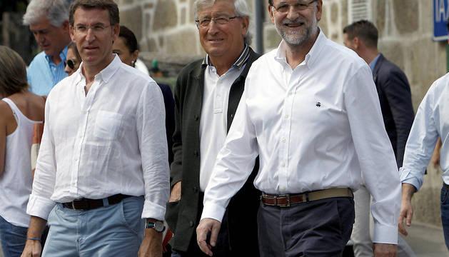 Mariano Rajoy (d), que sigue de vacaciones en Galicia, ha visitado Mondariz Balneario, una pequeña localidad del interior de Pontevedra.