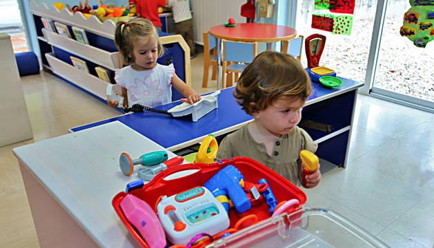 Dos niñas en el inicio del curso del año pasado en la escuela infantil Donibane.
