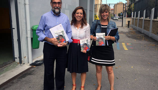 El consejero de Salud, Fernando Domínguez, Amaya Áriz, presidenta de ANA, y Leire Ochoa, jefa de gabinete de Salud.