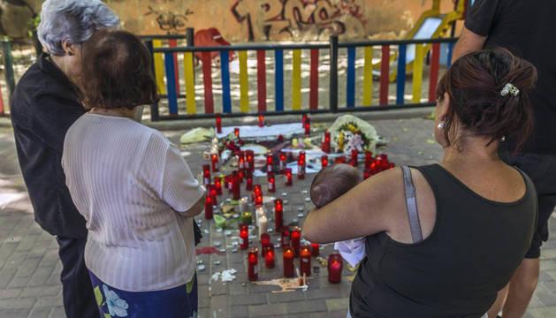 Muchas personas han llevado velas a un altar improvisado ante la vivienda familiar de Laura del Hoyo.