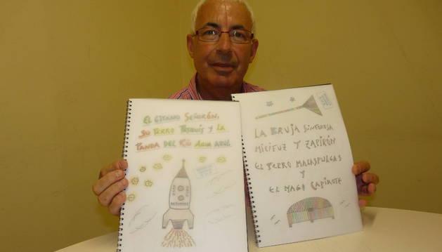 Esteban Ugarte, con los dos relatos infantiles.