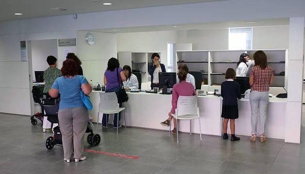 Un grupo de personas pide cita en el centro de salud de Sarriguren.