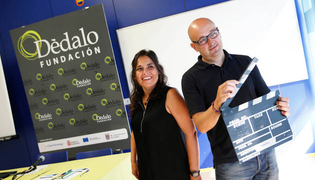 Raquel Lucio y Julio Mazarico posan con una claqueta.