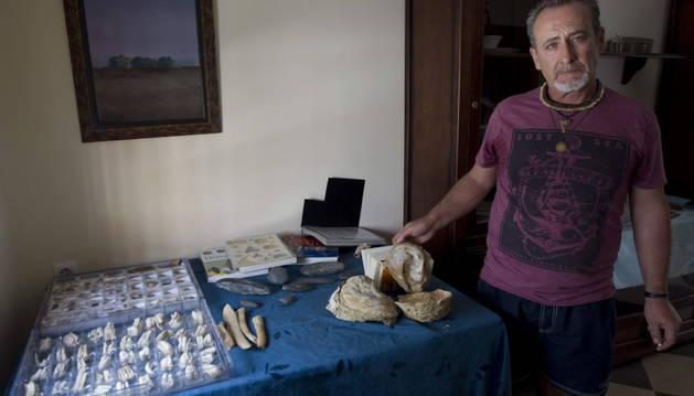Manuel González Blanco, de 52 años, albañil en paro, muestra parte de su colección de fósiles.