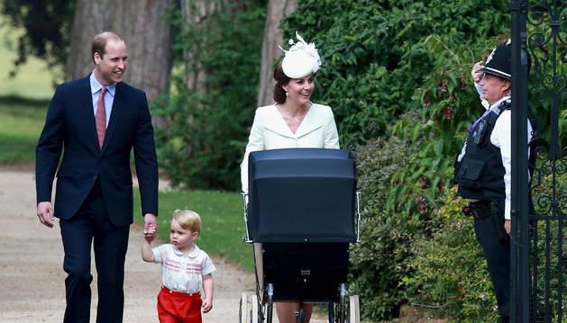 Los Duques de Cambridge, con sus hijos.