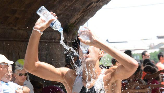 'Bendita agua', imagen ganadora del 'Fototuitribera' de julio.