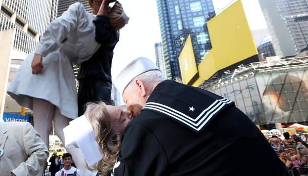 Vestidos como marineros y enfermeras, parejas de todas las edades recrearon la foto en Nueva York.