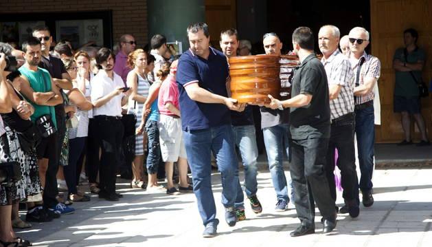 El féretro con los restos mortales de Laura del Hoyo.