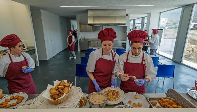 Alumnas de la escuela taller de hostelería, el día de inauguración del edificio de Merkatondoa.