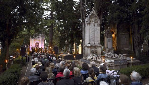 Varias personas presencian el concierto y recital de poemas de personajes ilustres de Vitoria-Gasteiz.