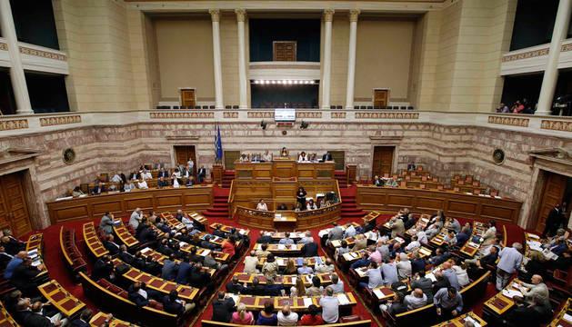 Grecia aprueba el tercer plan de rescate tras una noche de debate