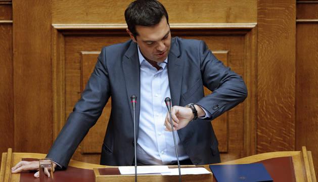 Tsipras defiende que sólo el rescate puede mantener a Grecia en el euro