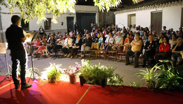 Uno de los participantes en la velada lee un poema del poeta ilicitano.