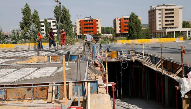Varios operarios trabajan en la construcción de una vivienda en la zona del Queiles.