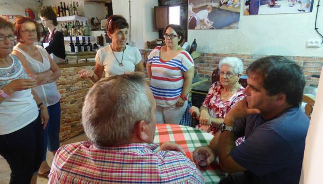 Varios vecinos rememoran los usos de la taberna en la exposición de La Casa Encantada.