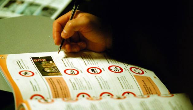 Estudiando para el carnet de conducir.