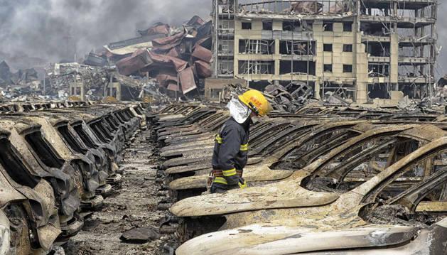 Un bombero trabaja en la zona de las explosiones.